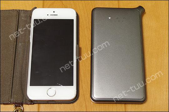 U2sとiPhoneSEの大きさを比較した写真
