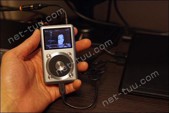 X3 2ndを充電しながら再生している写真